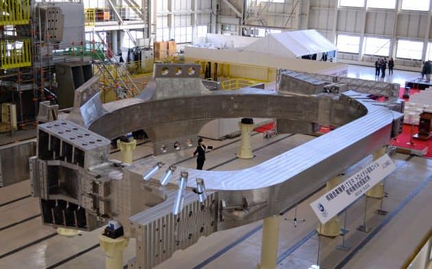 核融合実験炉イーターの中核部品となる巨大コイルが完成した(兵庫県明石市)