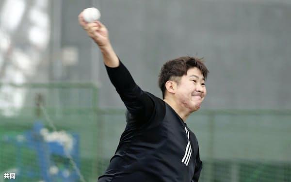 ブルペンで投球練習する巨人・菅野(30日、宮崎市)=共同