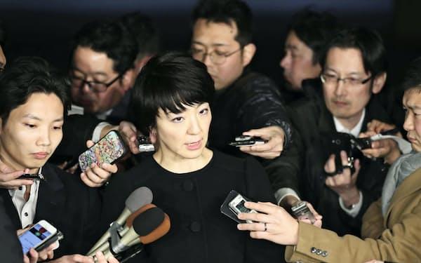 報道陣の取材に応じる自民党の河井案里参院議員(1月15日、東京都千代田区の議員宿舎)=共同