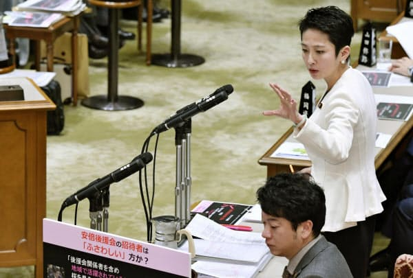 参院予算委で質問する立憲民主党の蓮舫参院幹事長(奥、1月29日)=共同
