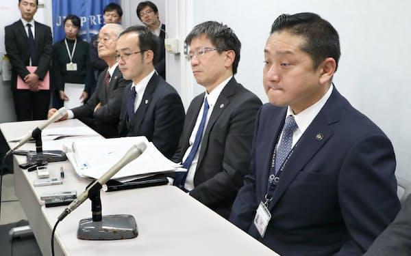 ふるさと納税訴訟で請求が棄却され記者会見する泉佐野市の千代松市長(右)=30日午後、大阪市北区