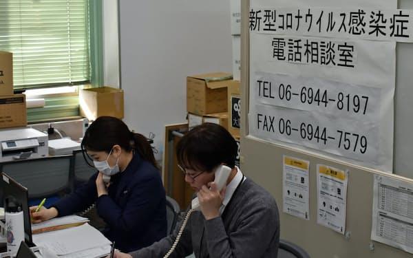 大阪府民からの電話相談に対応する府職員(30日、大阪府庁)