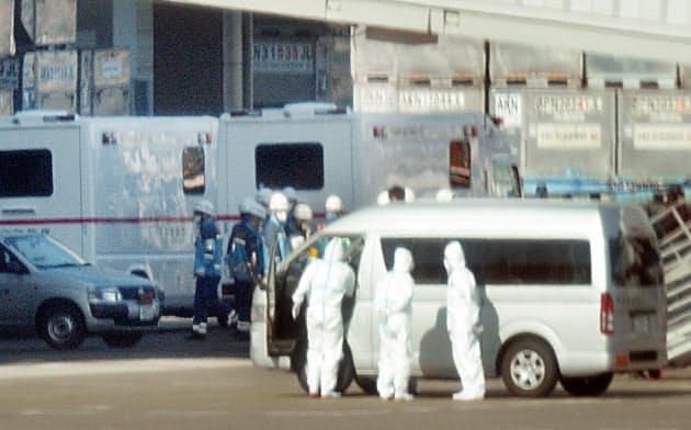 武漢市から到着したチャーター機付近で待機する救急隊員ら(30日、羽田空港)