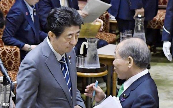 参院予算委が休憩に入り、鈴木宗男氏(右)と立ち話をする安倍首相(30日午前)=共同