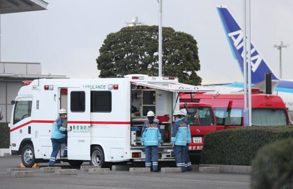 武漢市からのチャーター機到着に備える救急隊員ら(31日午前、羽田空港)