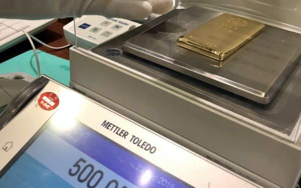 店頭では既定の重量があるか顧客の前で確認して売買する(田中貴金属工業の「GINZA TANAKA」、東京都中央区)
