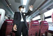 バスの車内に除菌スプレーをまく運転手(31日午後、岐阜市)