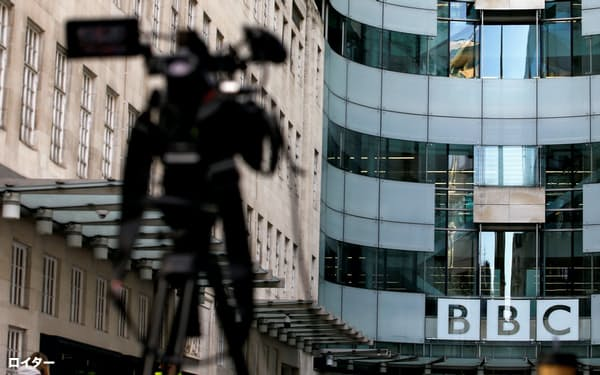 ジョンソン首相率いる保守党政権下でBBCは、報道番組の打ち切りや人員削減を余儀なくされている=ロイター