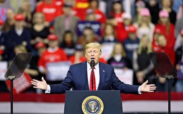トランプ米大統領は激戦州のアイオワで演説し、3年間の経済政策の成果を力説した(30日)=ロイター