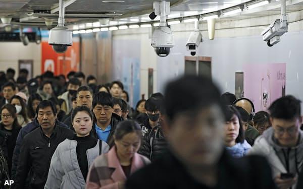 AI搭載の顔認証カメラが至る所に設置されている中国では、人々の拒絶反応は少ないようだ=AP