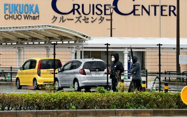 博多港に停泊する上海からのクルーズ客船(1月27日、福岡市)