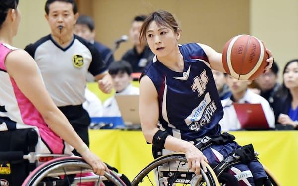 クラブチーム日本一を決める皇后杯の決勝戦で、激しくボールを奪い合う選手たち(1月、神戸市)=大岡 敦撮影