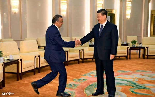 28日、北京で会談する中国の習近平国家主席(右)とWHOのテドロス事務局長=ロイター