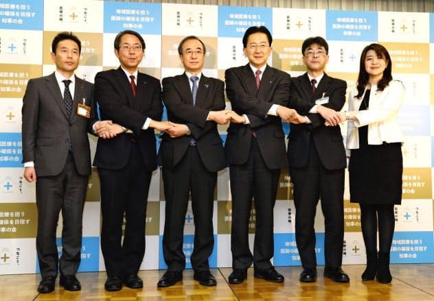 記者会見後、握手して結束をアピールする達増知事(右から3人目)ら(31日、東京都千代田区)