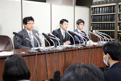 判決後に記者会見する亀田興毅氏(中)ら(31日、東京都千代田区)