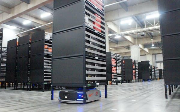 6千台の棚を215台のロボットがAIで自在に動かす(千葉県市川市のナイキの物流センター)