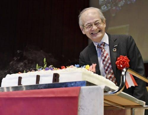 九州大から誕生日ケーキを贈られ、笑顔の吉野彰旭化成名誉フェロー(31日午後、福岡市)=共同