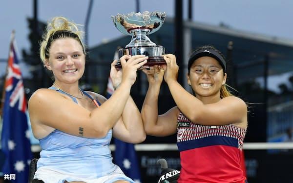 車いすの部女子ダブルスで優勝し、笑顔を見せる上地(右)、ホワイリー組(31日、メルボルン)=共同
