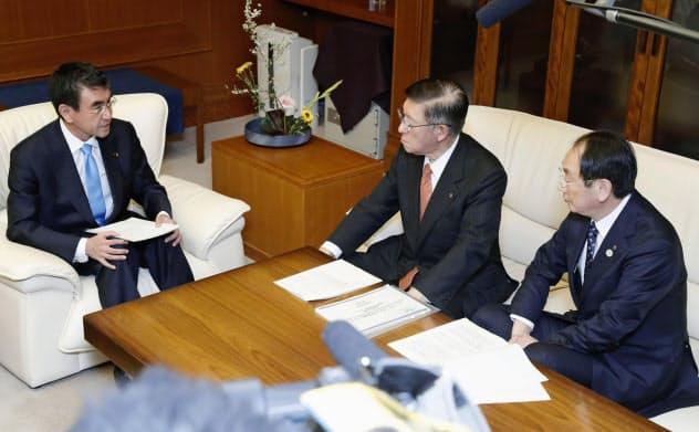 河野防衛相(左)と秋田県の佐竹敬久知事(中央)、穂積志秋田市長(31日午後、防衛省)=共同