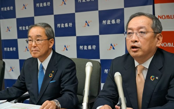 阿波銀の長岡頭取(左)と野村証券の新井副社長