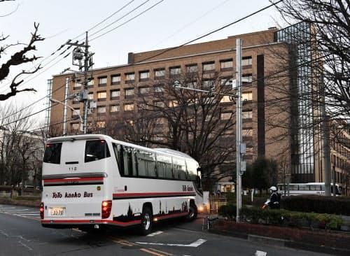 武漢市から第3便のチャーター機で帰国した邦人の滞在先となる国立保健医療科学院に入るバス(31日、埼玉県和光市)