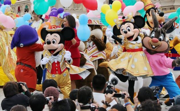 来場客の前でパフォーマンスするミッキーマウス(千葉県浦安市の東京ディズニーランド)