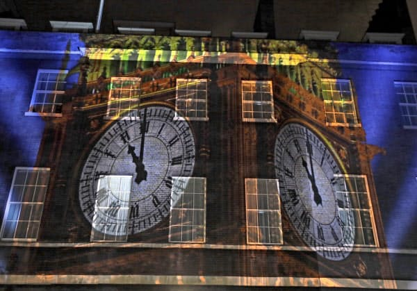 EU離脱で英首相官邸に映し出された、国会議事堂の時計台「ビッグベン」の映像(31日)=AP