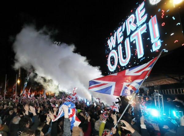 英国がEUを離脱し、気勢を上げる人たち(31日、ロンドン)=三村幸作撮影