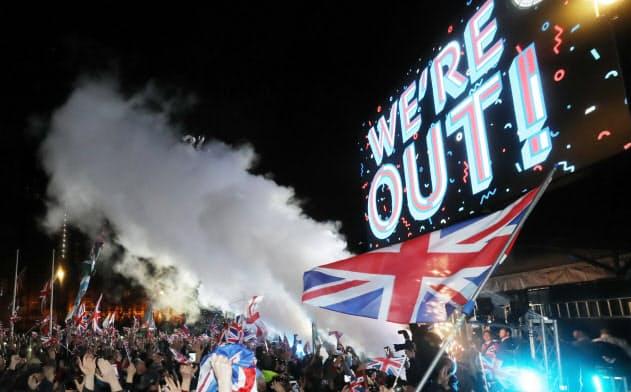 英国がEUを離脱し、気勢を上げる人たち(1月31日、ロンドン)=三村幸作撮影