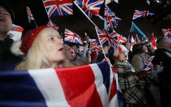 英国のEU離脱を喜ぶ人たち(31日、ロンドン)=三村幸作撮影