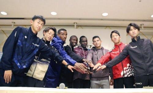 別府大分毎日マラソンを前に、記者会見でポーズをとる佐々木悟(左端)ら(1日、大分市)=共同