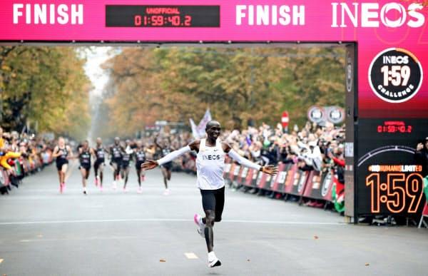 キプチョゲは自身のために特別につくられたナイキ製シューズで、非公式ながら世界で初めてマラソンで2時間を切った=ロイター