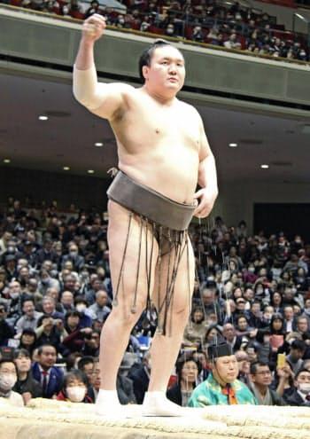 押尾川親方の引退相撲に出場した横綱白鵬(1日、両国国技館)=共同