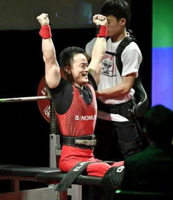 男子49キロ級 特別試技で日本新記録となる135.5キロをマークし、ガッツポーズで喜ぶ西崎哲男(1日、東京都八王子市)=共同