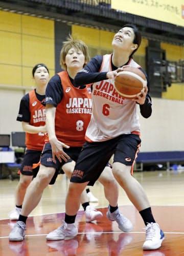 1月の代表合宿でプレーする大崎(右)。戦力として認められ、2月の東京五輪最終予選のメンバーに選ばれた=共同
