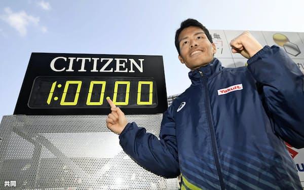 1時間0分0秒の日本新記録をマークし、ポーズをとる小椋裕介(2日、Pikaraスタジアム)=共同