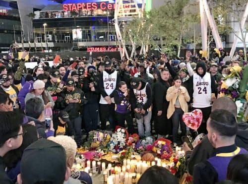 レーカーズの本拠地周辺で、事故死したブライアント氏を追悼する市民(1月26日、米ロサンゼルス)=共同