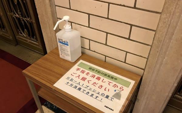 国会内のエレベーター前にアルコール消毒液を設置し、感染予防を呼びかける