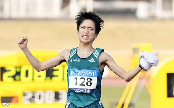 2時間8分30秒の日本勢最高の3位でゴールする吉田祐也(2日、大分市営陸上競技場)=共同