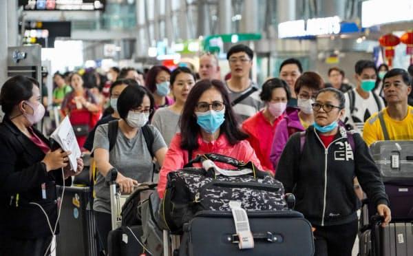 タイの空港ではマスク姿の旅行客が目立つ(バンコク)=小高顕撮影