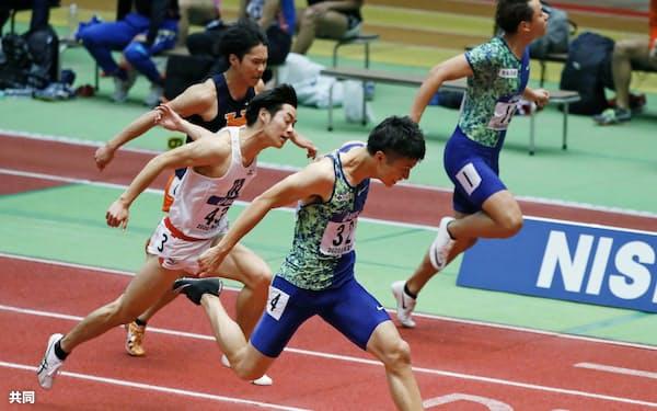 男子60メートル決勝 6秒58で優勝した多田修平=手前(2日、大阪城ホール)=共同