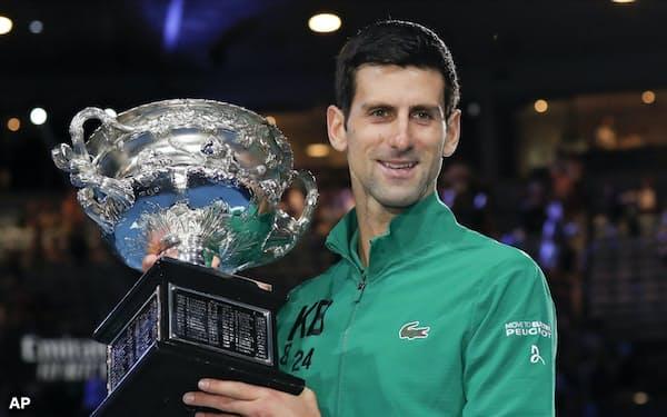 全豪オープンテニスで優勝したジョコビッチ(2日、メルボルン)=AP