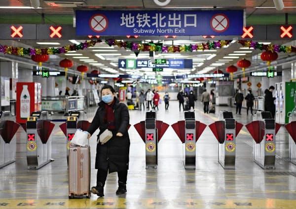 北京市内の地下鉄改札口。春節の大型連休は明けたが利用客は少なかった(3日)=共同