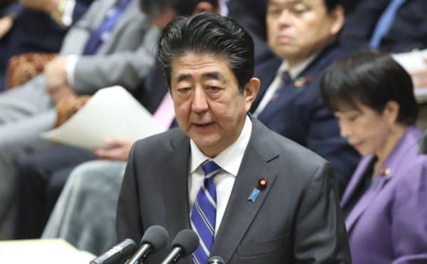 衆院予算委で新型肺炎への対応について答弁する安倍首相(3日午前)