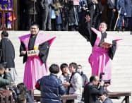 成田山新勝寺の節分会で豆をまく横綱白鵬(右)と関脇高安(3日午前、千葉県成田市)