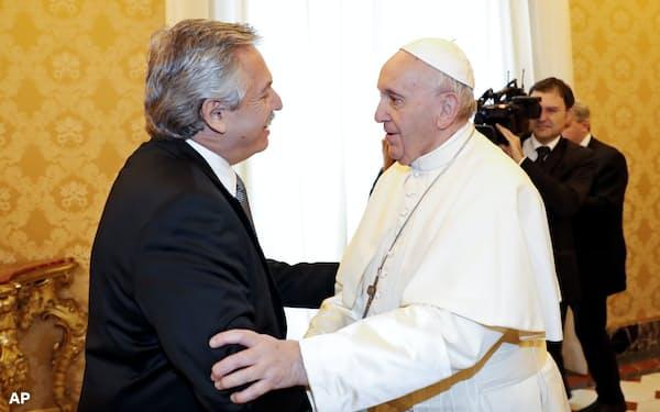 フェルナンデス大統領(左)はデフォルトを避けるため、ローマ教皇フランシスコと会談するなど外遊に出ている=AP