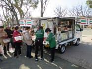 冷凍食品や総菜・弁当などを巡回販売する(3日、横浜市)