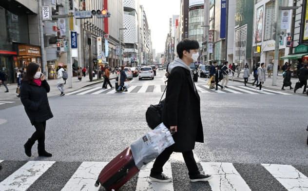 外国人観光客の姿が少なくなった繁華街(3日、東京・銀座)