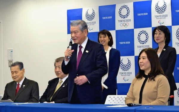 記者会見で抱負を述べる東京五輪・パラリンピックの選手村村長の川淵氏(前列右から2人目)。同右から3人目は村長代行の上村氏(3日、東京都中央区)