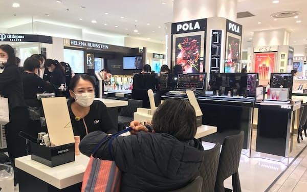 売り場にはマスクを付けた従業員の姿も目立つ(都内の百貨店)